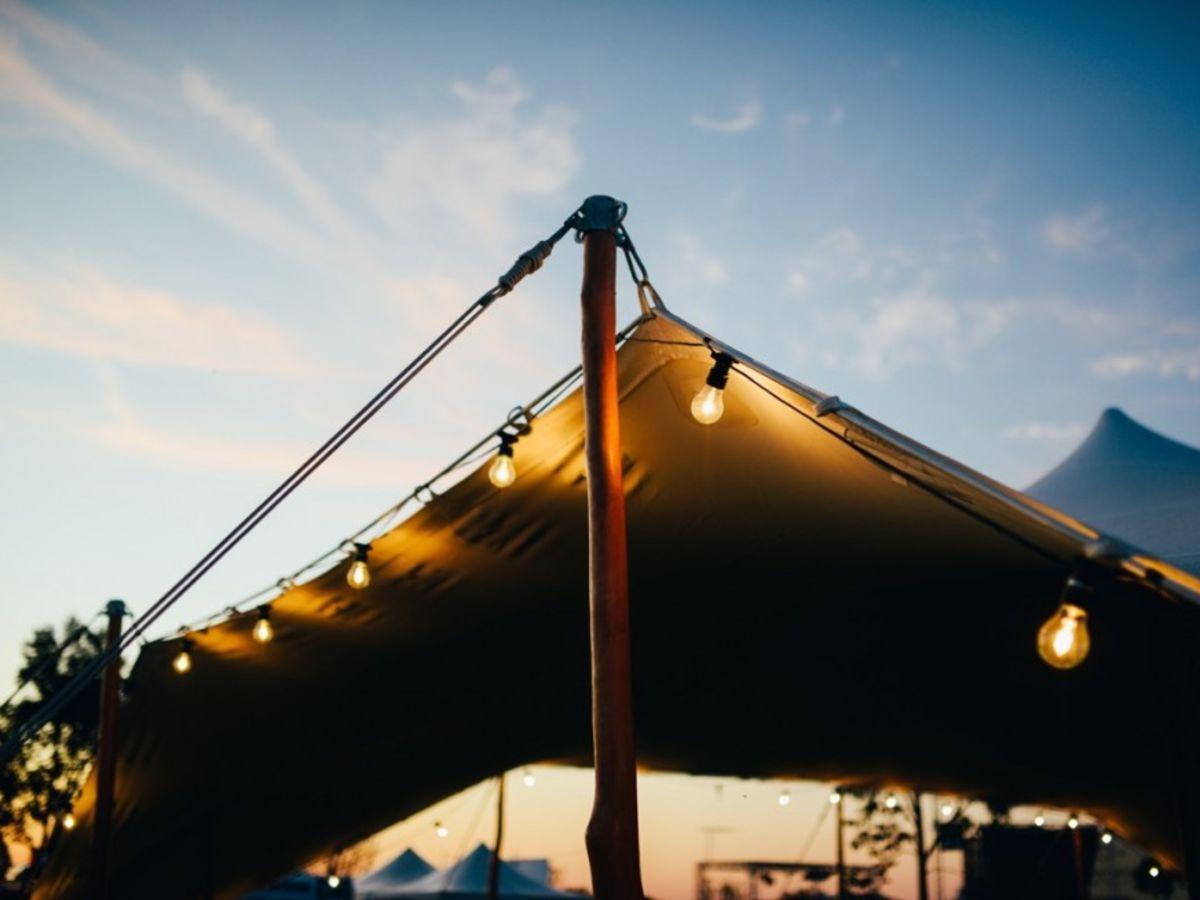 oświetlenie namiotu girlandami swietlnymi