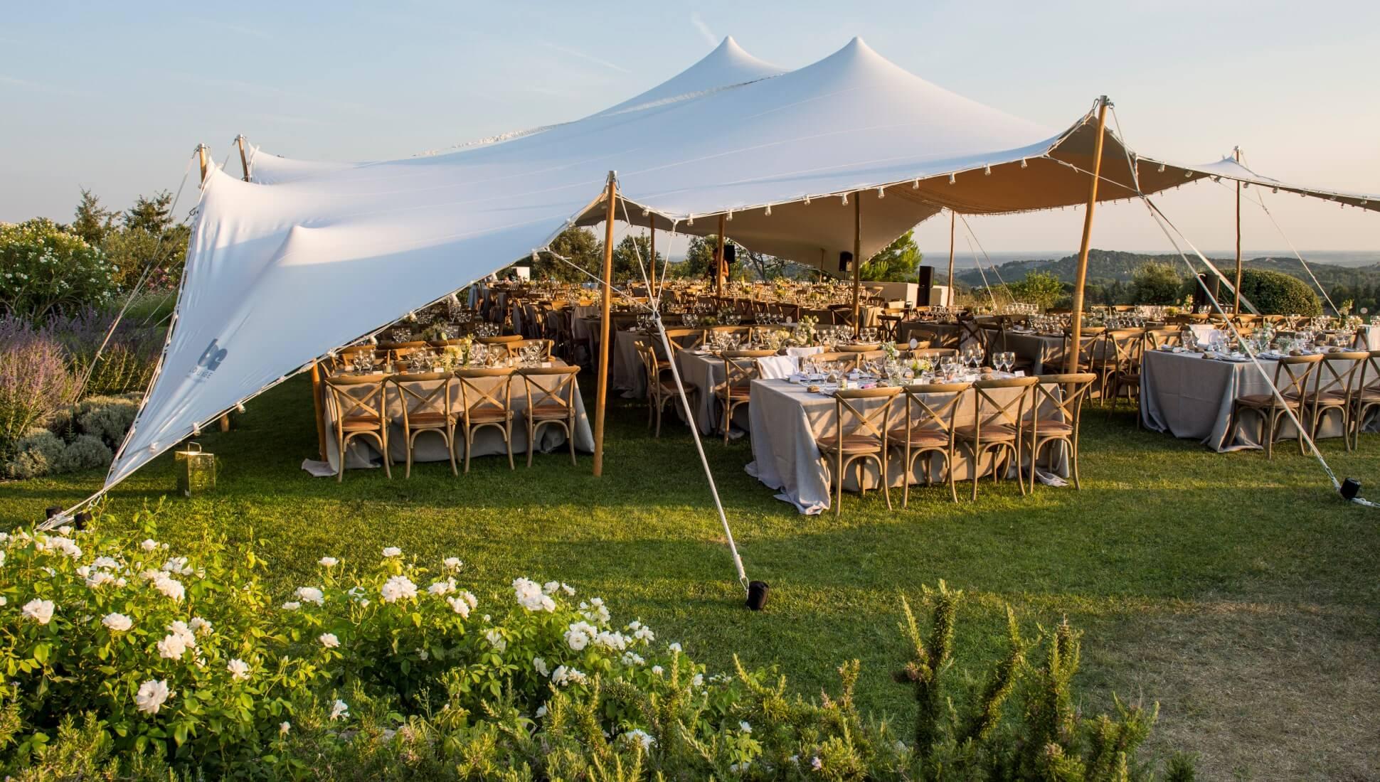 namiot stretch i wesele w plenerze nad stołami dla gości