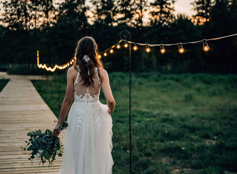 girlandy na podporach podczas wesela