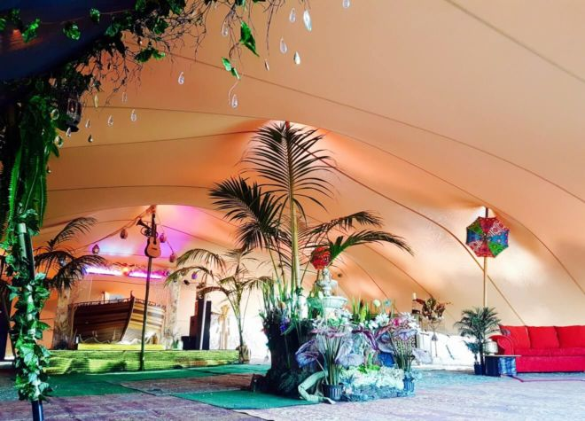 event w klimacie tropików pod namiotem stretch