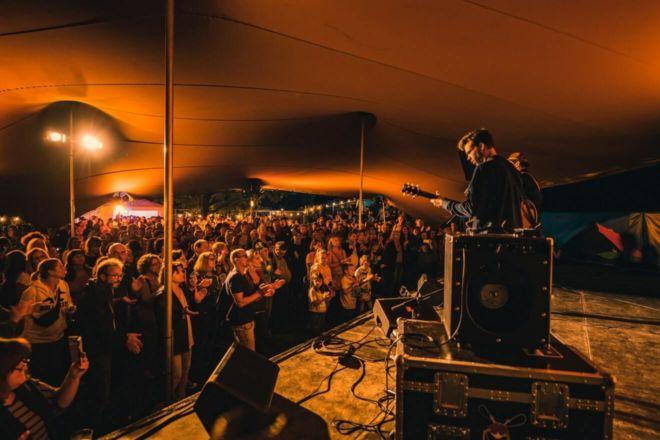 koncert na scenie pod namiotem stretch