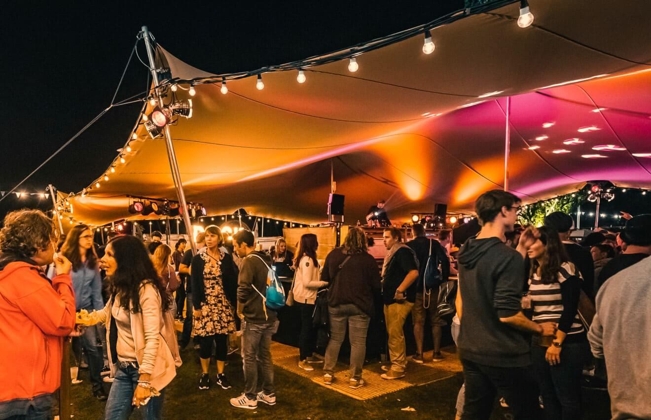 impreza firmowa pod namiotem stretch