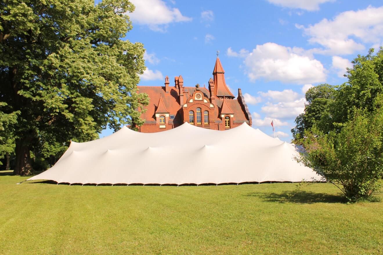 widok na namiot stretch w rozmiarze L z jedną ścianą przymocowaną do pdłoża
