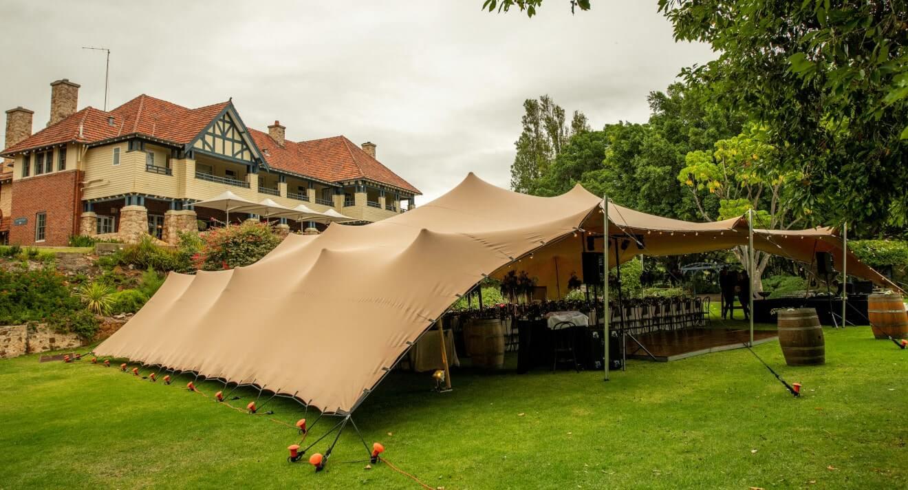 impreza w ogrodzie restauracji pod namiotem stretch w kolorze chino