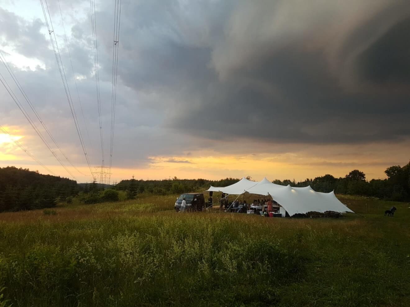 namiot sterech na evencie w plenerze na łące