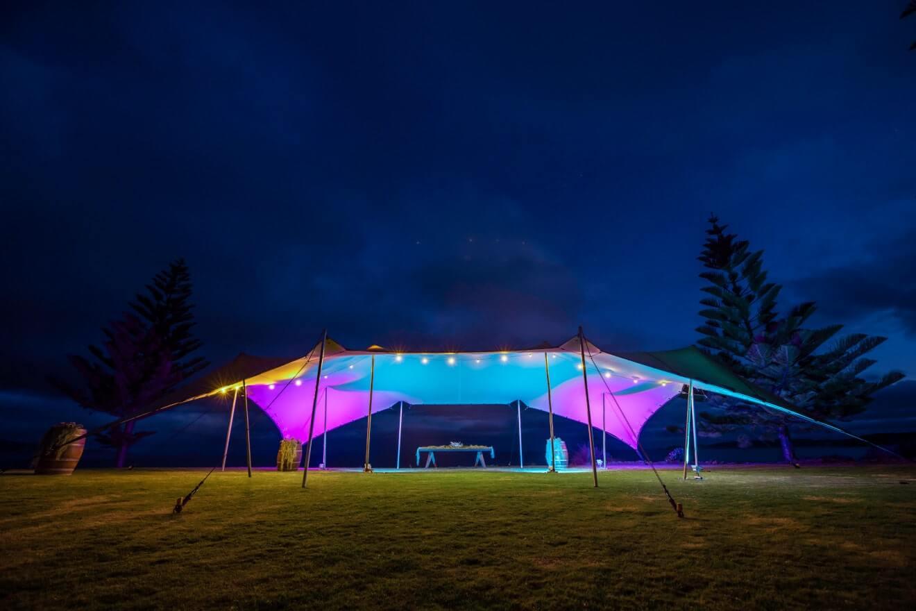 namiot stretch oswietlony reflektorami par
