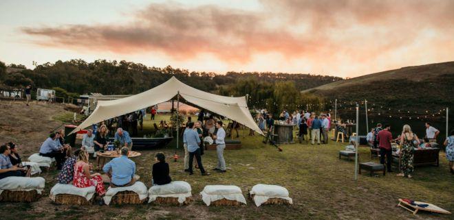 wesele w plenerze z namiotem stretch i oświetleniem girlandami