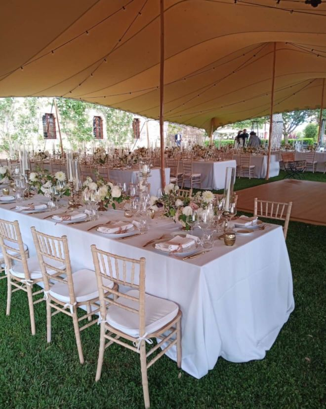 wesele plenerowe z białymi dekoracjami